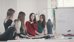 Οι γυναίκες σε ένα δημιουργικό εργαστήριο μαθαίνουν να ράβουν και να κάνουν ένα σχέδιο απόθεμα βίντεο