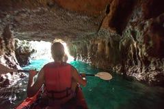 Οι γυναίκες στις σπηλιές θάλασσας στην ακτή Krabi, Ταϊλάνδη Στοκ εικόνες με δικαίωμα ελεύθερης χρήσης
