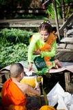 Οι γυναίκες στο ταϊλανδικό φόρεμα δίνουν τις ελεημοσύνες στους μοναχούς σε Ladkrabang, Μπανγκόκ, Ταϊλάνδη Στοκ φωτογραφία με δικαίωμα ελεύθερης χρήσης