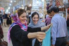 Οι γυναίκες στο hijab επιλέγουν το ύφασμα στην αγορά πόλεων, Shiraz, Ιράν Στοκ εικόνα με δικαίωμα ελεύθερης χρήσης