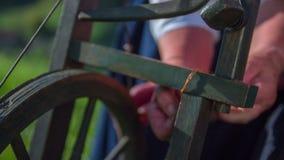 Οι γυναίκες συνδέουν επιτυχώς τη σειρά βαμβακιού φιλμ μικρού μήκους