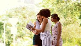Οι γυναίκες τουριστών με την πόλη καθοδηγούν τη ζήτηση τη βοήθεια απόθεμα βίντεο