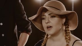 Οι γυναίκες τραγουδούν στο ελαφρύ μαύρο υπόβαθρο απόθεμα βίντεο