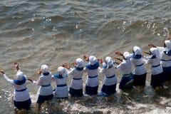 Οι γυναίκες τραγουδούν και χορεύουν στην παραλία Στοκ εικόνες με δικαίωμα ελεύθερης χρήσης