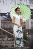 Οι γυναίκες φορούν το qipao στοκ εικόνες