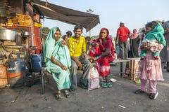 Οι γυναίκες χαλαρώνουν σε ένα κατάστημα τσαγιού Στοκ εικόνες με δικαίωμα ελεύθερης χρήσης