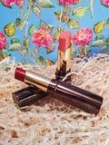 Οι γυναίκες ` s αυξήθηκαν ρόδινη κόκκινη φωτογραφία καλλυντικών κραγιόν makeup Στοκ Φωτογραφία