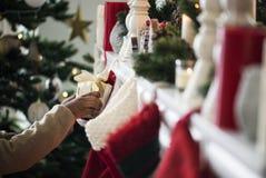 Οι γυναικείες κάλτσες Χριστουγέννων κρεμούν από την καπνοδόχο Στοκ φωτογραφία με δικαίωμα ελεύθερης χρήσης