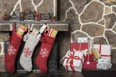 Οι γυναικείες κάλτσες Χριστουγέννων και παρουσιάζουν Στοκ φωτογραφία με δικαίωμα ελεύθερης χρήσης