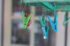 Οι γόμφοι ενδυμάτων ή clothespins κρεμούν σε ένα σκοινί Στοκ εικόνες με δικαίωμα ελεύθερης χρήσης