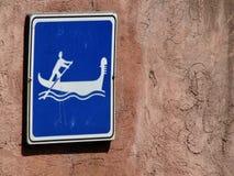 Οι γόνδολες της Βενετίας, Ιταλία έχουν τα σημάδια που προειδοποιούν τους ανθρώπους που έρχονται Στοκ Φωτογραφίες