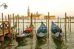 Οι γόνδολες που δένονται από το σημάδι Αγίου τακτοποιούν με την εκκλησία SAN Giorgio Di Maggiore στο υπόβαθρο - Βενετία, Venezia, Στοκ φωτογραφία με δικαίωμα ελεύθερης χρήσης