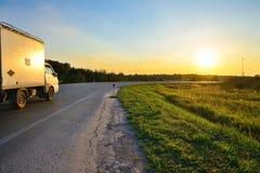 Οι γύροι αυτοκινήτων προς τον ήλιο στο ηλιοβασίλεμα Στοκ φωτογραφία με δικαίωμα ελεύθερης χρήσης
