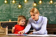 Οι δάσκαλοι όχι μόνο αγαπούν το θέμα τους αλλά αγαπούν να μοιραστούν τη χαρά με τους σπουδαστές, διάσκεψη σπουδαστών στο εσωτερικ Στοκ Εικόνες