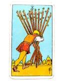10 οι Δέκα από το σπίτι-τέντωμα καρτών Tarot ράβδων σχεδόν εκεί κρατούν το κεφάλι σας χαμηλά και συνεχίζουν μια τελική επιτυχία ώ απεικόνιση αποθεμάτων