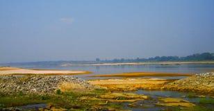 Οι δευτερεύουσες πέτρες όχθεων ποταμού στοκ φωτογραφίες