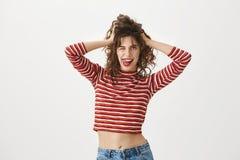 Οι δημιουργικοί άνθρωποι μπορούν να είναι τρελλοί Οπτιμιστές αισθησιακό θηλυκό με το καθιερώνον τη μόδα hairstyle, που κρατά τα χ Στοκ εικόνα με δικαίωμα ελεύθερης χρήσης