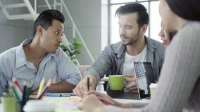 Οι δημιουργικοί επαγγελματίες που μαζεύονται στον πίνακα συνεδρίασης για συζητούν τα σημαντικά ζητήματα του νέου επιτυχούς προγρά φιλμ μικρού μήκους