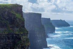 Οι διάσημοι απότομοι βράχοι Moher στην ιρλανδική δυτική ακτή μια misty ημέρα στοκ εικόνα