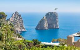 Οι διάσημοι βράχοι Faraglioni είναι κοντά στο νησί Capri, Ιταλία στοκ φωτογραφία με δικαίωμα ελεύθερης χρήσης