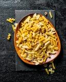 Οι διάφοροι τύποι ζυμαρικών ξεραίνουν σε ένα πιάτο στοκ φωτογραφίες