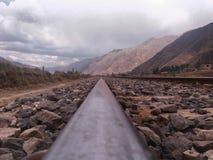 Οι διαδρομές και το αμμοχάλικο τραίνων κλείνουν την άποψη στοκ εικόνα με δικαίωμα ελεύθερης χρήσης