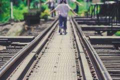 Οι διαδρομές σιδηροδρόμου στη γέφυρα του ποταμού Kwae είναι ιστορικά κτήρια και ορόσημο της επαρχίας Kancjanaburi, Ταϊλάνδη Στοκ Εικόνα