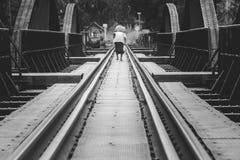 Οι διαδρομές σιδηροδρόμου στη γέφυρα του ποταμού Kwae είναι ιστορικά κτήρια και ορόσημο της επαρχίας Kancjanaburi, Ταϊλάνδη Στοκ Φωτογραφίες