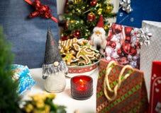 Οι διακοσμήσεις Χριστουγέννων και παρουσιάζουν στον πίνακα Στοκ Φωτογραφίες