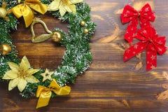 Οι διακοσμήσεις Χριστουγέννων που βρίσκονται στο ξύλινο επίπεδο πινάκων βάζουν το υπόβαθρο στοκ εικόνες