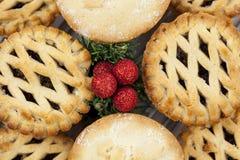 Οι διακοσμήσεις Χριστουγέννων στη μέση ενός δίσκου κομματιάζουν τις πίτες Στοκ Εικόνες
