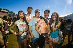 Οι, διακοσμημένοι νέοι συμμετέχουν στο φεστιβάλ Holi των χρωμάτων στο Βλαδιβοστόκ στοκ εικόνες