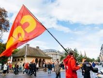 Οι διαμαρτυρίες στη Γαλλία ενάντια σε Macron μεταρρυθμίζουν το άτομο με τη σημαία SGT Στοκ εικόνα με δικαίωμα ελεύθερης χρήσης