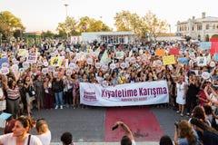 Οι διαμαρτυρόμενοι γυναικών συναθροίζουν σε kadikoy, Ιστανμπούλ, Τουρκία Στοκ Φωτογραφίες