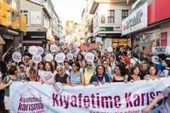 Οι διαμαρτυρόμενοι γυναικών συναθροίζουν σε kadikoy, Ιστανμπούλ, Τουρκία Στοκ Εικόνες