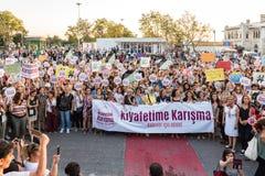 Οι διαμαρτυρόμενοι γυναικών συναθροίζουν σε kadikoy, Ιστανμπούλ, Τουρκία Στοκ εικόνες με δικαίωμα ελεύθερης χρήσης