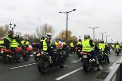 Οι διαμαρτυρόμενοι στην κίτρινη μοτοσικλέτα φανέλλων ενάντια στους φόρους αύξησης στη βενζίνη και το diesel εισήγαγαν την κυβέρνη στοκ εικόνες
