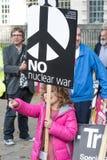Οι διαμαρτυρόμενοι συλλέγουν στο Λονδίνο για μια αντι διαμαρτυρία πυρηνικών πολέμων Στοκ εικόνα με δικαίωμα ελεύθερης χρήσης