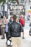 Οι διαμαρτυρόμενοι συλλέγουν στο Λονδίνο για μια αντι διαμαρτυρία πυρηνικών πολέμων Στοκ Εικόνα