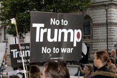 Οι διαμαρτυρόμενοι συλλέγουν στο Λονδίνο για μια αντι διαμαρτυρία πυρηνικών πολέμων Στοκ φωτογραφίες με δικαίωμα ελεύθερης χρήσης