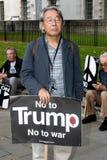 Οι διαμαρτυρόμενοι συλλέγουν στο Λονδίνο για μια αντι διαμαρτυρία πυρηνικών πολέμων Στοκ εικόνες με δικαίωμα ελεύθερης χρήσης
