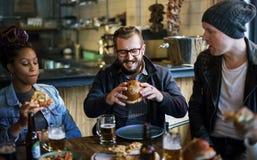 Οι διαφορετικοί άνθρωποι κρεμούν έξω τη φιλία μπαρ Στοκ εικόνα με δικαίωμα ελεύθερης χρήσης