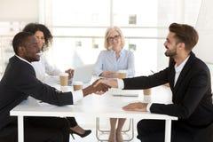 Οι διαφορετικοί επιχειρηματίες τινάζουν τα χέρια που κλείνουν τη διαπραγμάτευση μετά από τη διαπραγμάτευση στοκ εικόνες με δικαίωμα ελεύθερης χρήσης
