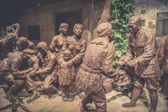 Οι διοικητές και οι στρατιώτες του κόκκινου στρατού έχουν μια εγκάρδια συνομιλία με το μουσείο γλυπτό-Jinggangshan άνθρωπος-χαλκο στοκ φωτογραφίες