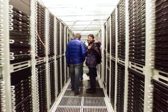 Οι διοικητές συστημάτων στο διάδρομο είναι το κέντρο δεδομένων στοκ φωτογραφίες