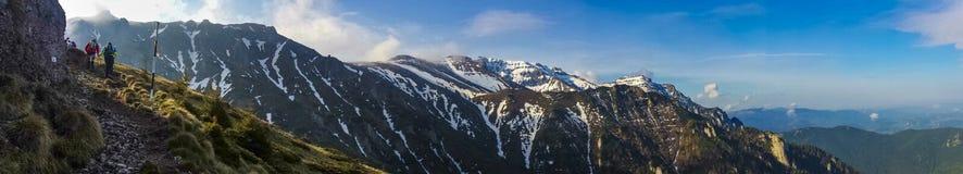 Οι δρομείς σε ένα βουνό συναγωνίζονται Στοκ εικόνες με δικαίωμα ελεύθερης χρήσης