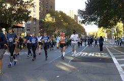 Οι δρομείς στο Μανχάταν συμμετέχουν στο μαραθώνιο NYC στοκ εικόνες