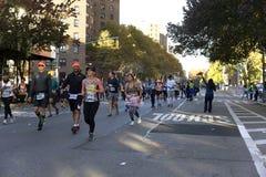 Οι δρομείς στο Μανχάταν συμμετέχουν στο μαραθώνιο NYC στοκ εικόνα