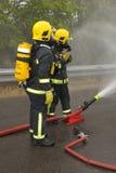 οι δροσίζοντας εθελοντείς πυροσβέστες ψεκάζουν Στοκ εικόνα με δικαίωμα ελεύθερης χρήσης