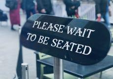 Οι δυνάμει γευματίζοντες πρέπει να περιμένουν εδώ στοκ εικόνα